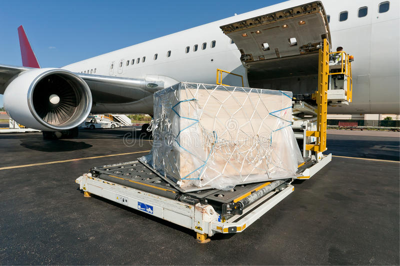 loading-cargo-plane-18400515
